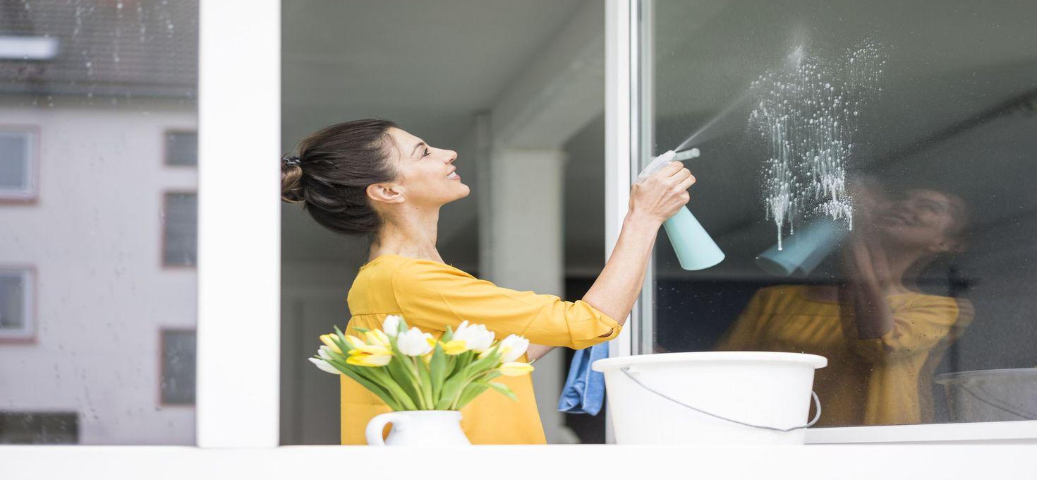 Отмываем зеркала и оконные стёкла